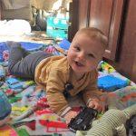 Baby spelen in een camper | Kleine Reizigers